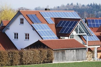 maison couverte de panneaux photovoltaiques